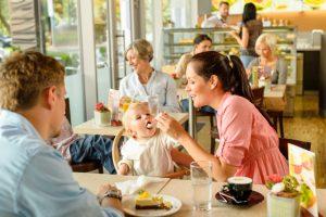 семья в кафе