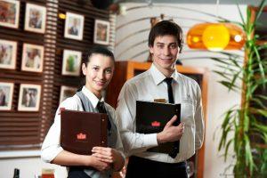 Официанты в кафе